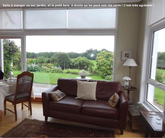 Auchenhowe Cottage: Spacieux salle à manger avec vue sur magnifique jardin & sous bois à droite qu'on peut voir les