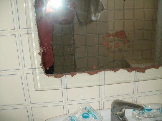 Hotel Apartamentos Sol Bay: mirror rather tattered and worn