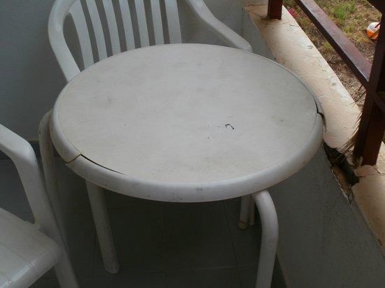 Hotel Apartamentos Sol Bay: balcony cracked and dirty cracked table
