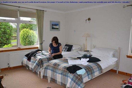 Auchenhowe Cottage: Chambre très propre et grande, avec vue magnifique !