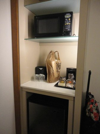 SpringHill Suites Miami Downtown/Medical Center : mini frig and microwave, coffee pot too