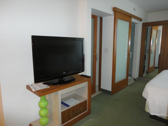 SpringHill Suites Miami Downtown/Medical Center : TV and split bathrooms