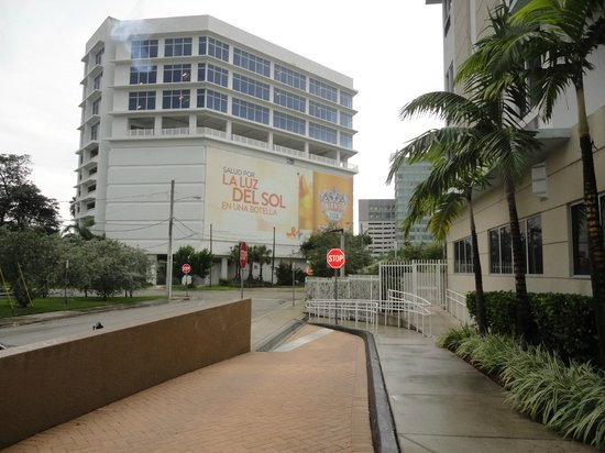 SpringHill Suites Miami Downtown/Medical Center : View from front entrance right side