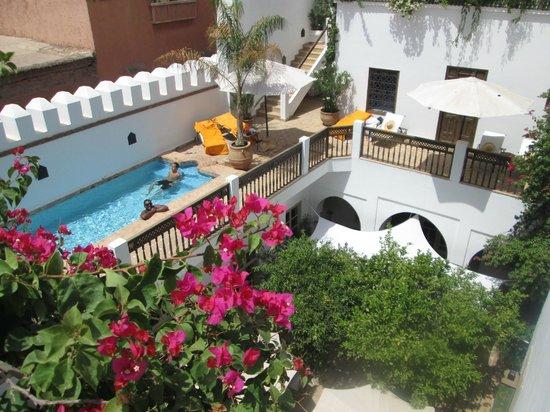 Riad Clémentine : piscine et entree chambre 3