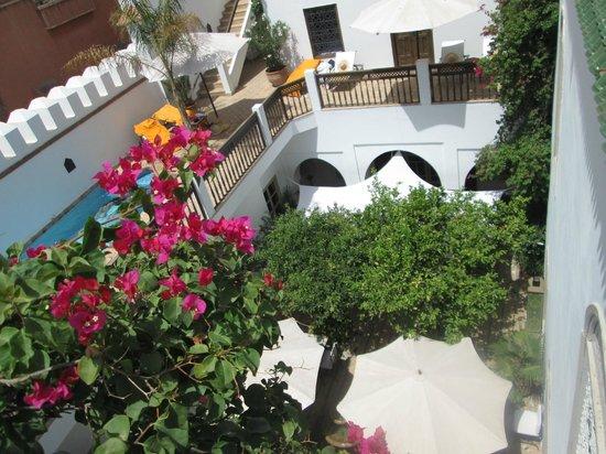 Riad Clémentine : vue de la terrasse de la chambre 7 sur la piscine et la cour