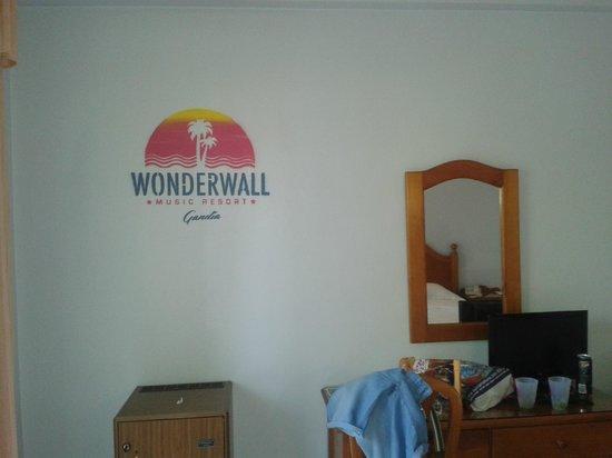 Wonderwall Music Resort: Habitación con muebles viejos.