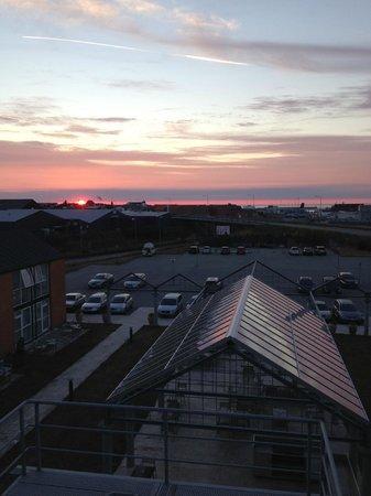 Skaga Hotel : Flot solnedgang over havnen set fra restauranten