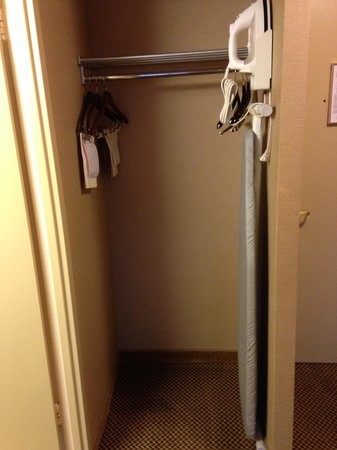 Holiday Inn Toronto International Airport: closet