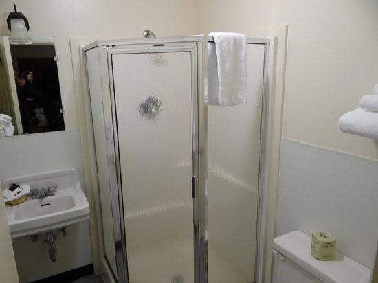 Rising Sun Motor Inn and Cabins: Small, but clean shower