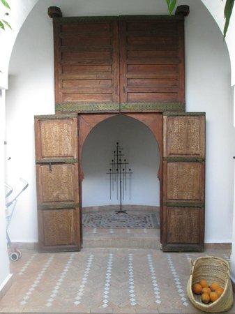 Riad Clémentine : porte pour rejoindre la chambre 1 a droite et la 2 a gauche