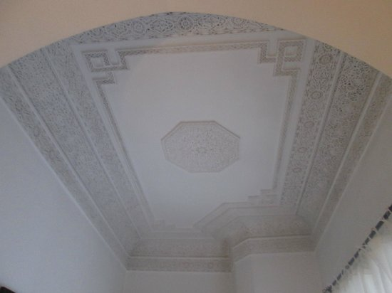 Riad Clémentine : plafond moulé chambre 2