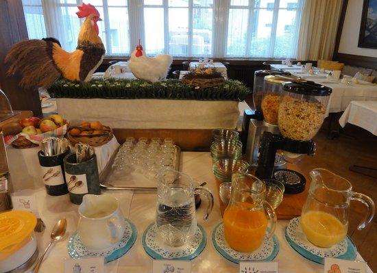 Alpina Hotel : breakfast is served