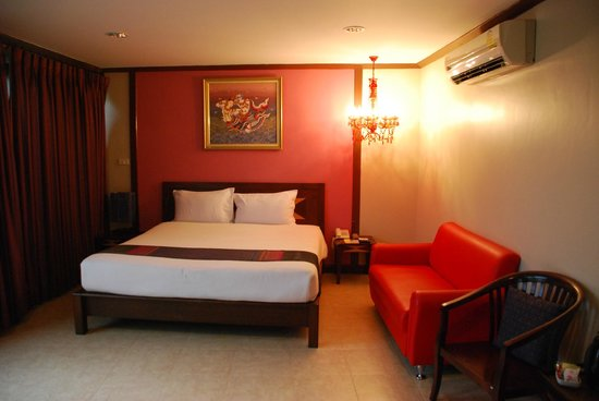 Boonsiri Place: Room. View of the bed