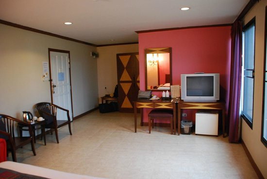 Boonsiri Place: Room. View to TV and door from bed