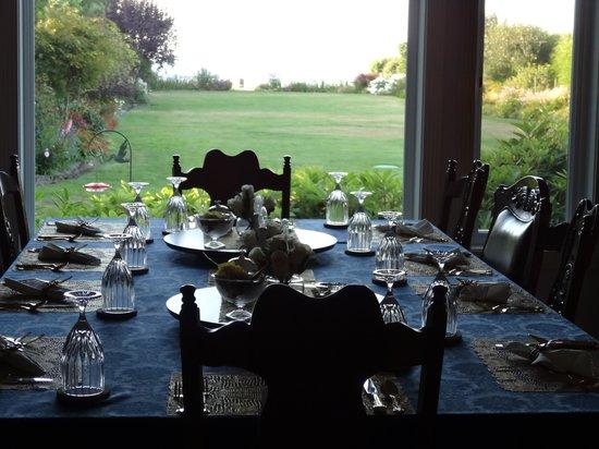 Sea Cliff Gardens Bed & Breakfast: Our breakfast area