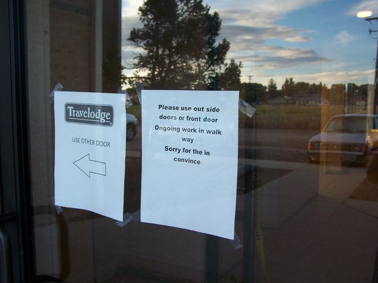 Travelodge Laramie: The entrance to rooms from the front desk