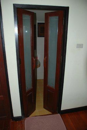 Vimarn Samed Resort: Doors to the bathroom