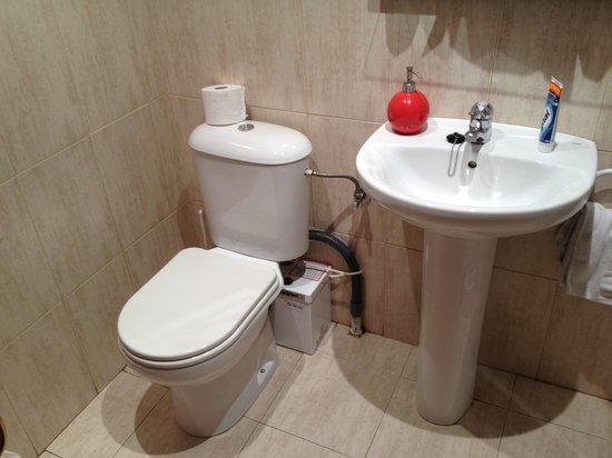 Hostal Nuevas Naciones : washroom