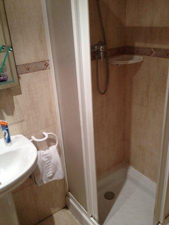 Hostal Nuevas Naciones : shower