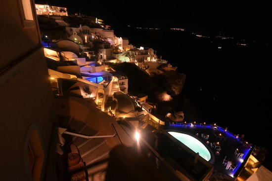 SKIZA Cafe: View of Oia at 11pm from the table at the balcony where we sat