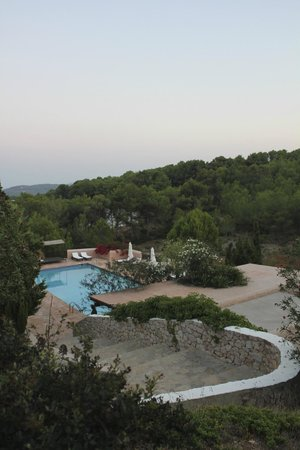 Hotel Rural Can Pujolet: Pool, patio and open-air dining area
