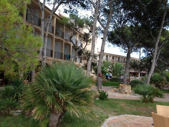 Hesperia Mallorca Villamil: ruime tuin grenzend aan boulevard