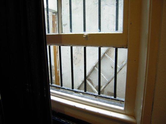 The Londonears Hostel: vista finestra