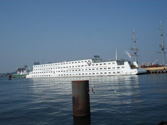 Amstel Botel: Bådehotellet fra søsiden