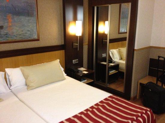 Catalonia Giralda Hotel: bedroom (1st night 55 EUR)