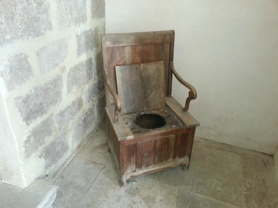 Abbaye de Caunes Minervois: chaise percé