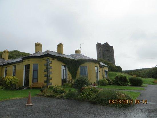 Ballinalacken Castle Country House: castle ruins on grounds