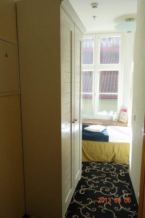 Meriton Old Town Garden Hotel : エコノミーシングル・スーツケースは広げられません。