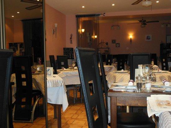 Hotel L'Arrivee : Sale à manger