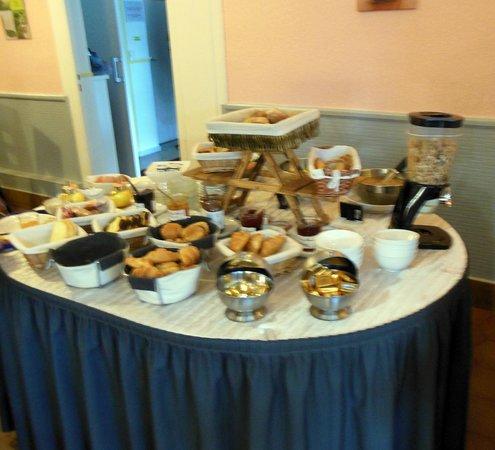 Hotel L'Arrivee : Petit-déjeuner buffet
