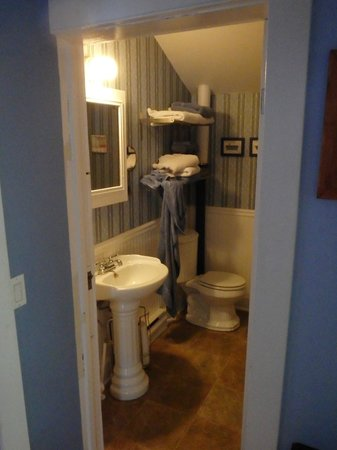 Auberge de Mon Petit Chum B&B: One of two bathrooms upstairs