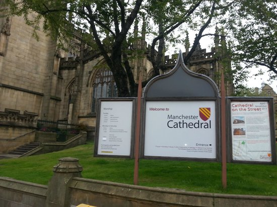 Manchester Cathedral: the entrace of the cathedral