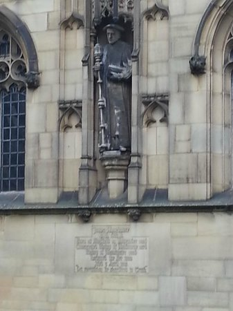 Manchester Cathedral: another statue
