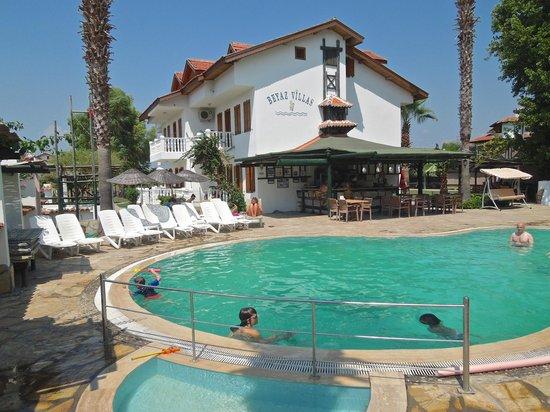 Beyaz Villas: The bar and pool