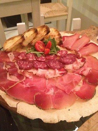 INU Sardinian Wine Bar : tagliere di salumi