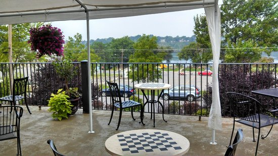 Niagara Crossing Hotel and Spa: View from dining terrace, front of hotel