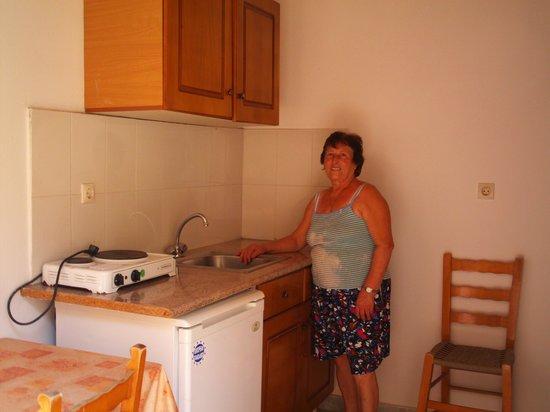 Joanna Hotel Apartments: Kitchen