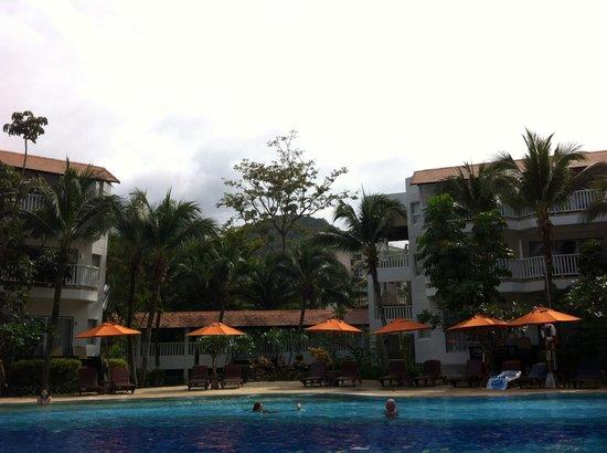 Aonang Villa Resort: Pool and backdrop cliffs