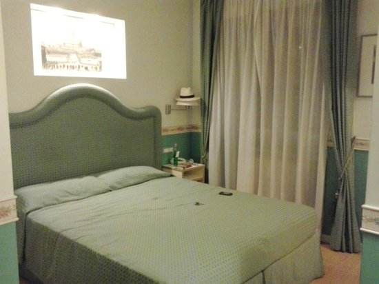 Residenza Ponte Sant'Angelo : La cama grande de la habitación triple