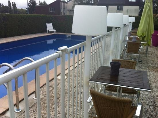 Ibis Styles Chalon sur Saone : dining beside pool possible