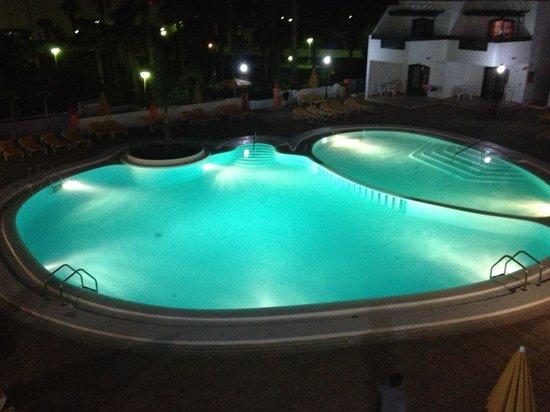 San Marcial Apartments: Pool at night