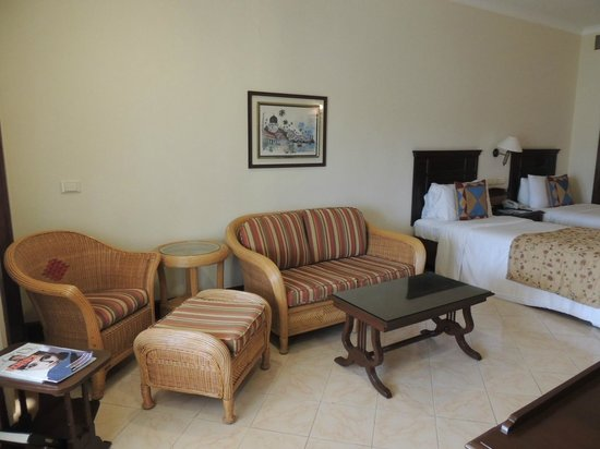 The LaLiT Golf & Spa Resort Goa: Sitting Area in the room