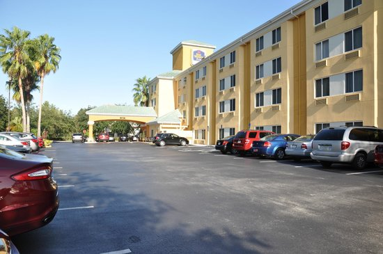 Best Western Orlando Convention Center Hotel : Fachada e estacionamento