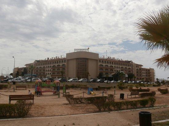 Gran Hotel del Coto: Vista del hotel desde parque infantil exterior