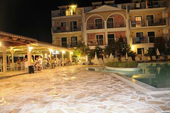 Strofades Beach Hotel: przy basenie nocą
