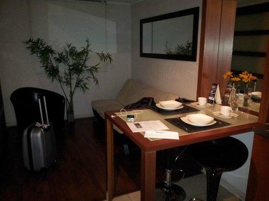 Santiago Apartamentos Centro: Pequeña y cómoda sala con desayunador